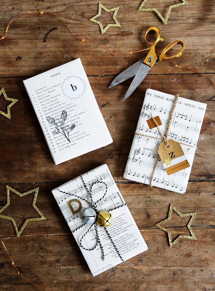 Cómo envolver regalos de navidad con papel de letras y notas musicales