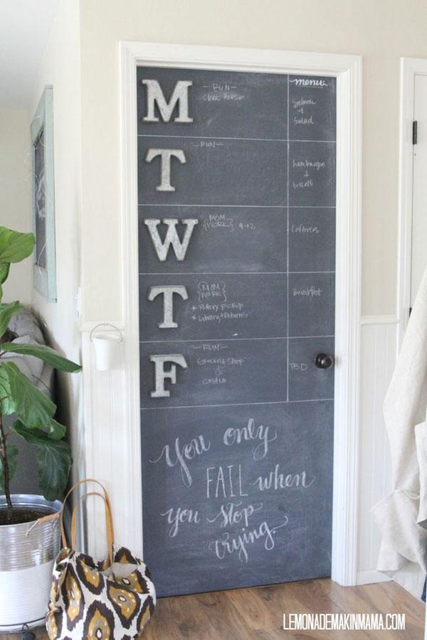 Calendario con pintura de pizarra en una puerta