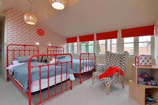 Dormitorios infantiles para niños con patrones rojos en las paredes