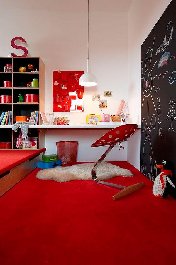 Dormitorio para niños con la moqueta roja