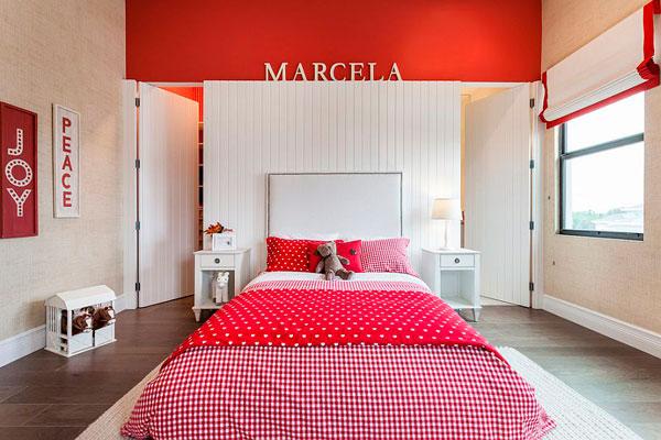 Dormitorios de chicas pintandos en rojo y blanco
