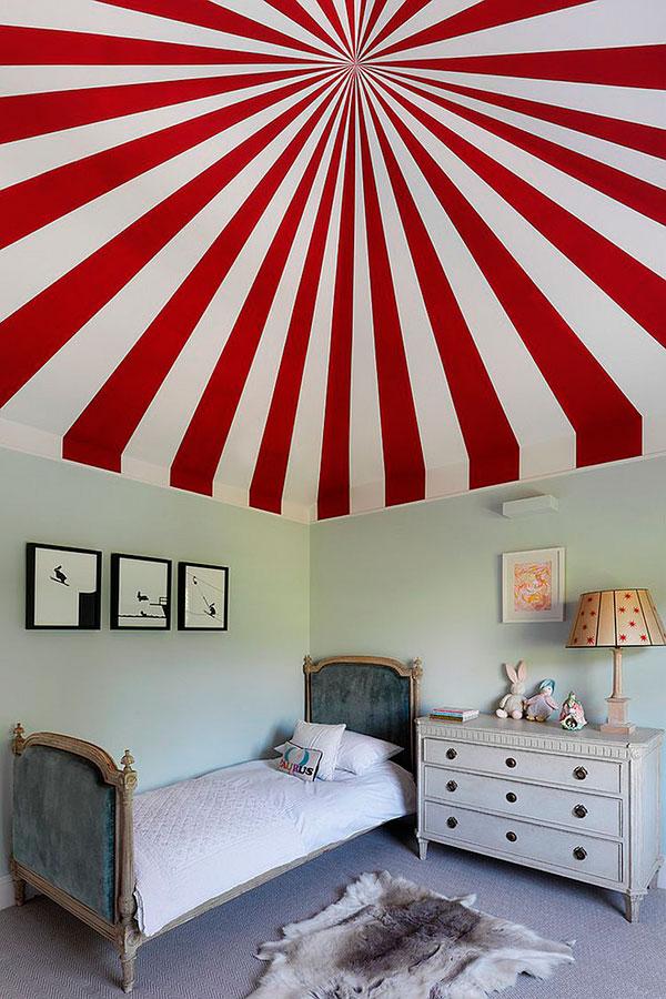 Techo en rojo y blanco de un dormitorio infantil para niños