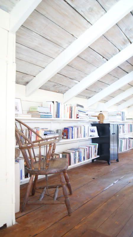 Haz una librería en los espacios de tu buhardilla ático