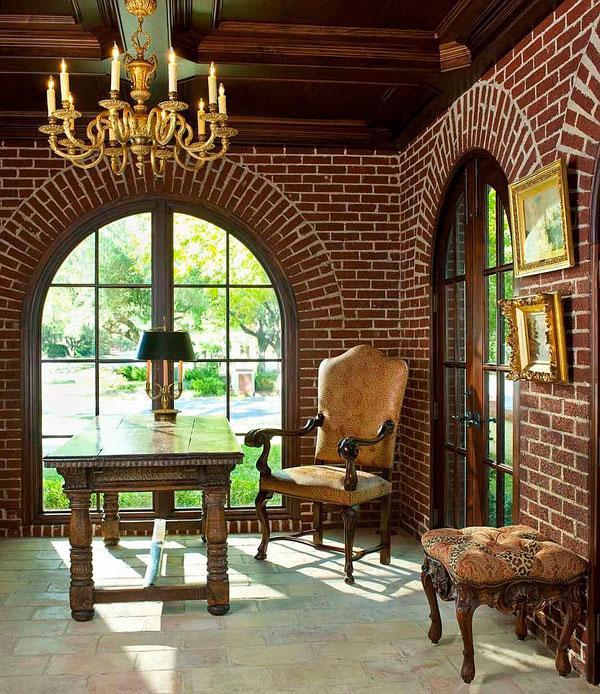 Oficina clásica en casa con pared de ladrillos