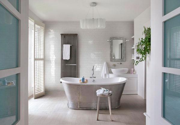 Suelo con efecto madera en un diseño ecléctico del baño