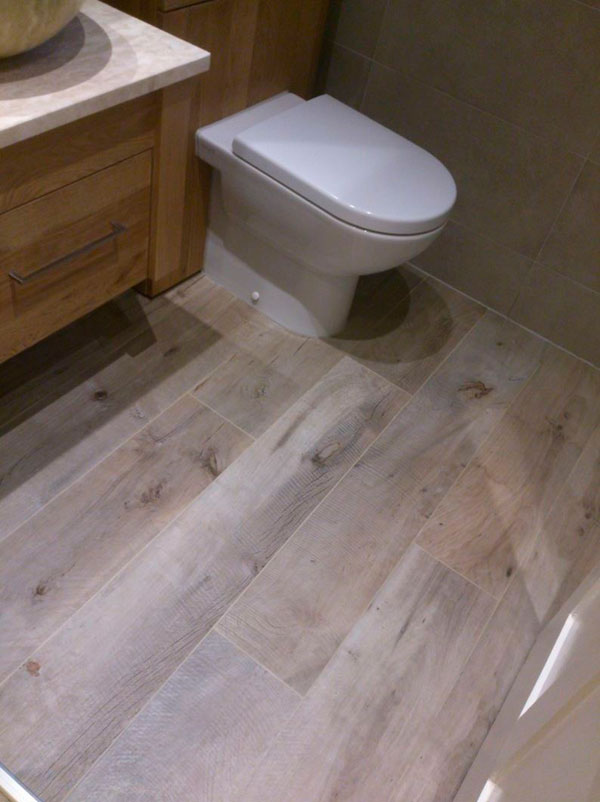 suelo imitación madera realista para el baño
