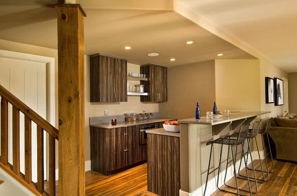 Barra de bar a doble altura en la cocina de casa