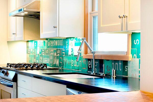 Cocina con diseño ecléctico con placas de matriculas