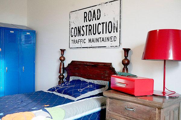 Decoración con carteles de tráfico en el dormitorio