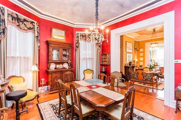 Decoración en rojo para comedor estilo victoriano antiguo