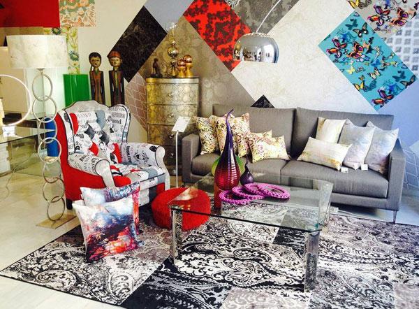 Estilo ecléctico para decorar un salón con mucho color