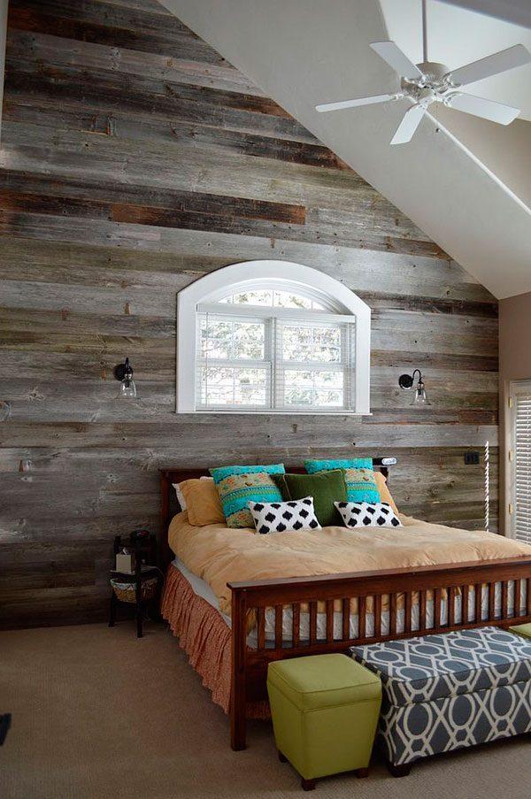 Buhardilla con la pared revestida en madera rústica