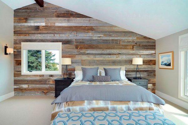 Dormitorio pared madera revestida reciclada