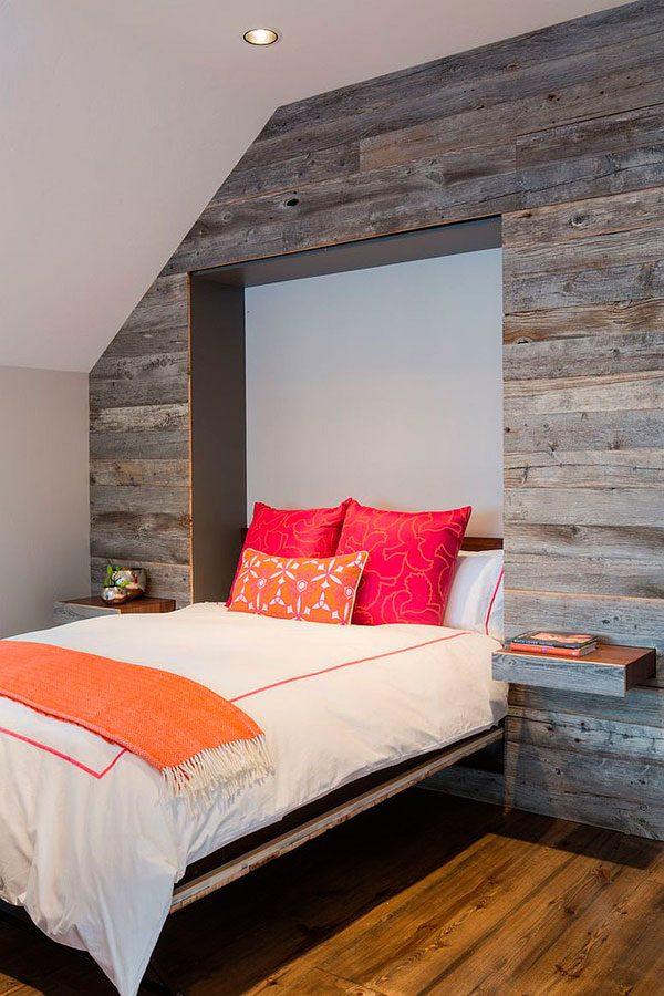 Habitación con una pared revestida en madera antigua
