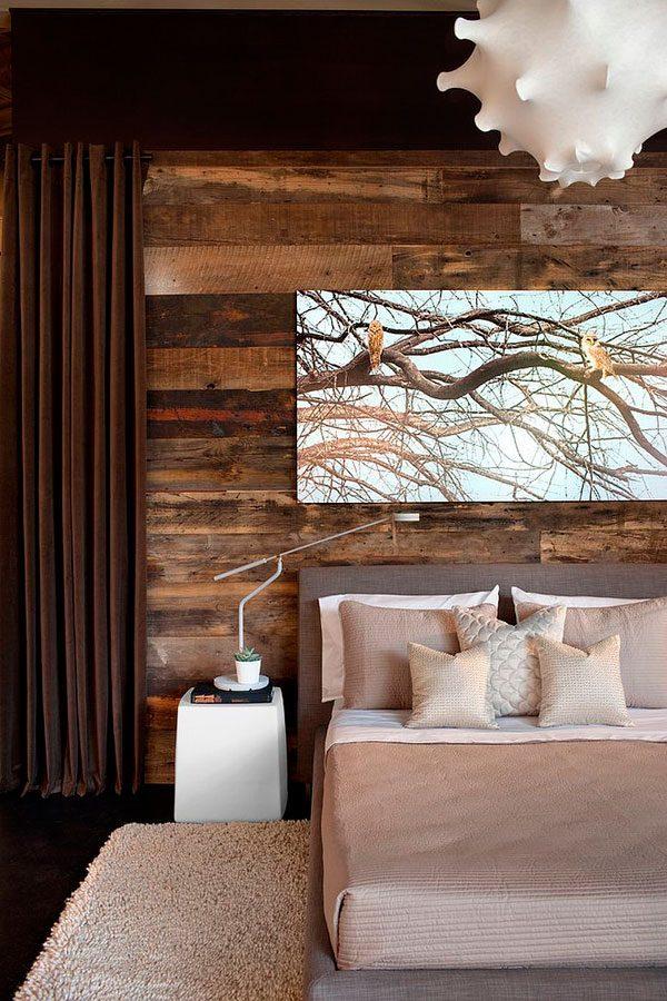 Dormitorio con pared de madera rústica