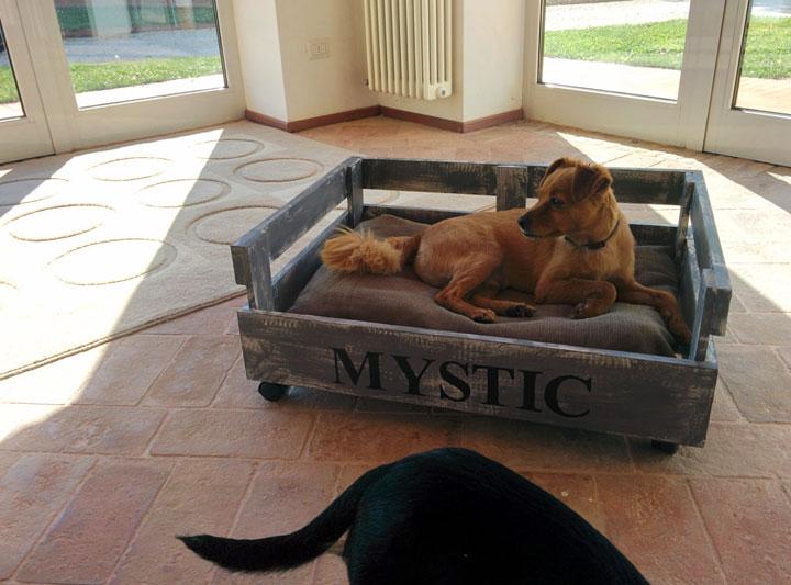 cama para perros con pales de madera reciclada