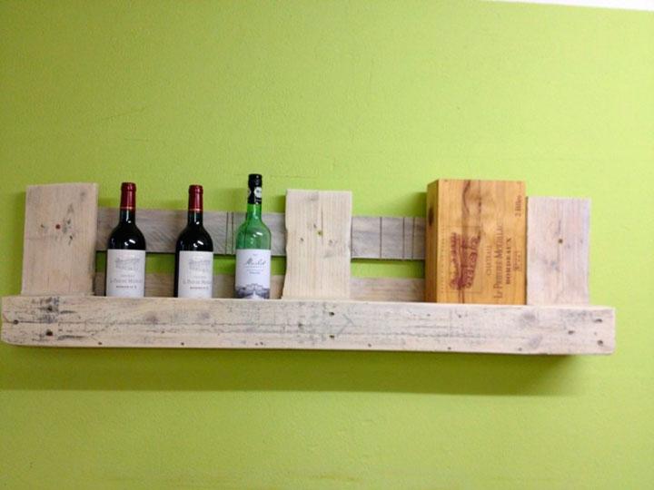 Estantes con palets de madera para el vino