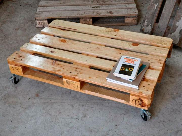 Mesa con palets de madera y ruedas