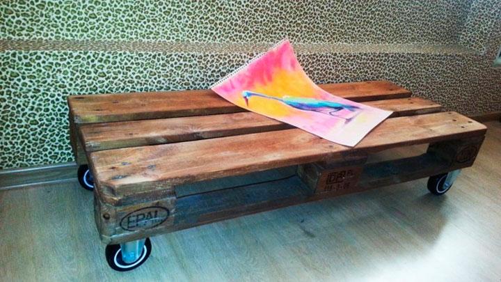 Mesa hecha con palets de madera y ruedas