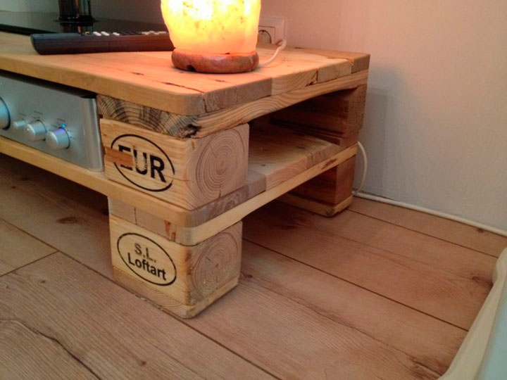Mesa para la tele con pales de madera
