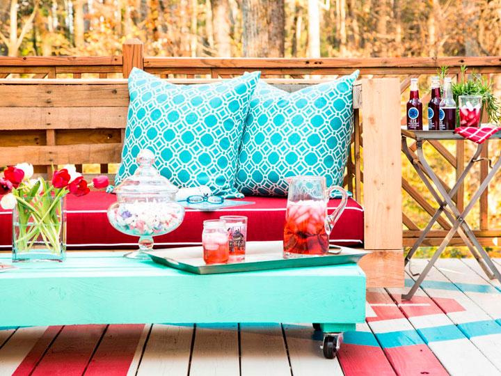 sillones y mesa de jardín con palets de madera