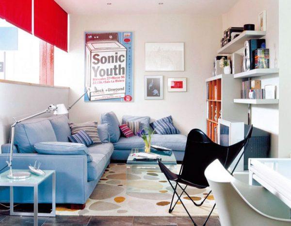Salón rectangular con sofá chaise lengue en forma de L