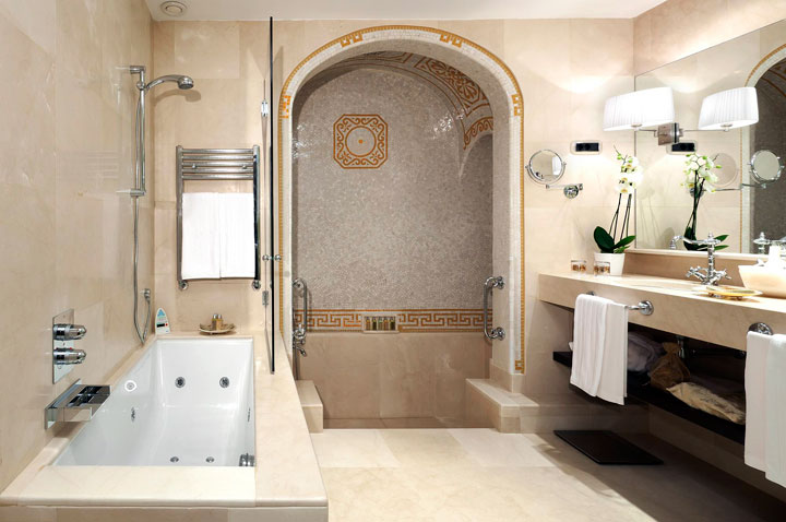 Baño con estilo de decoración imperio romano