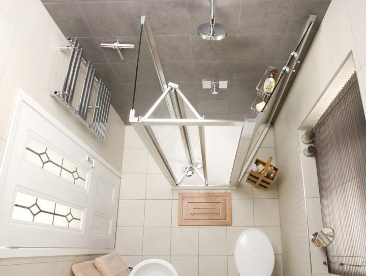 Ducha romana en un cuarto de baño pequeño