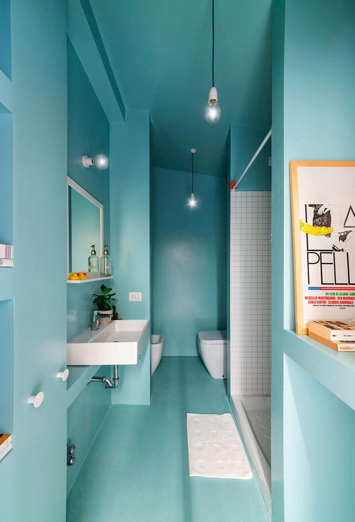 Baños pequeños pintados de turquesa