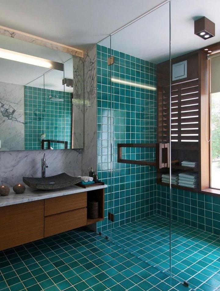 Cuarto de baño turquesa con duchas romanas abiertas