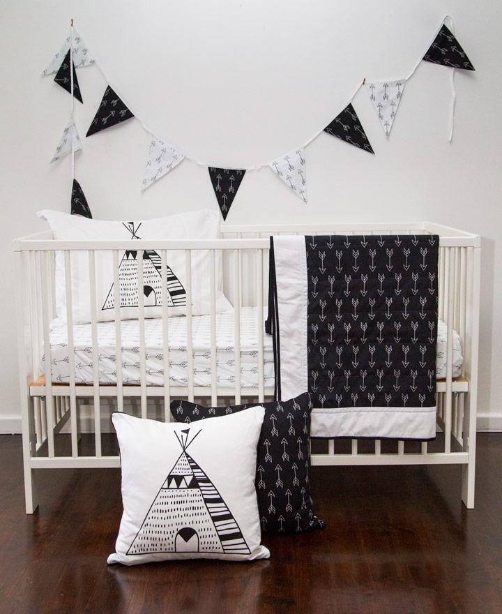Dormitorio de bebé en blano y negro con suelos de madera