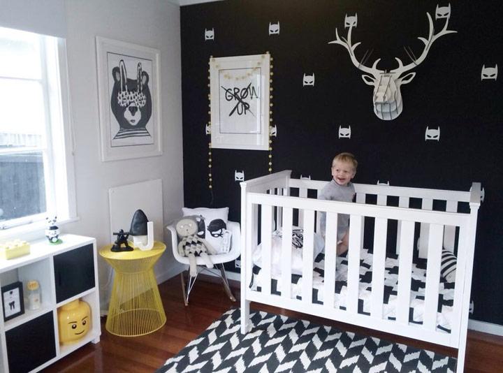 Dormitorio infantil de bebé con una pared pintada de negro