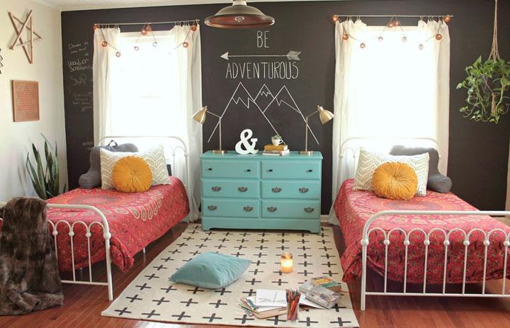 Dormitorios de niños vintage con pintura de pizarra en la pared