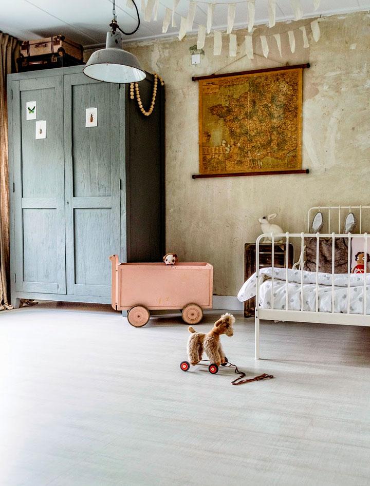 Decorar dormitorio con juguetes antiguos de niños