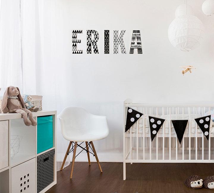 Letras en la pared en la habitación del bebé