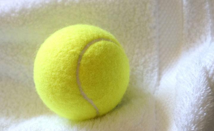Secar las toallas con pelotas de tenis en la secadora