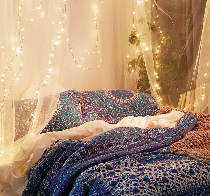 Cuerdas de Leds colgando del dosel de la cama