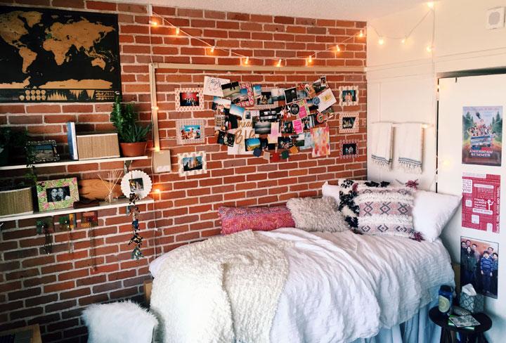 Dormitorio con guirnaldas de bombillas
