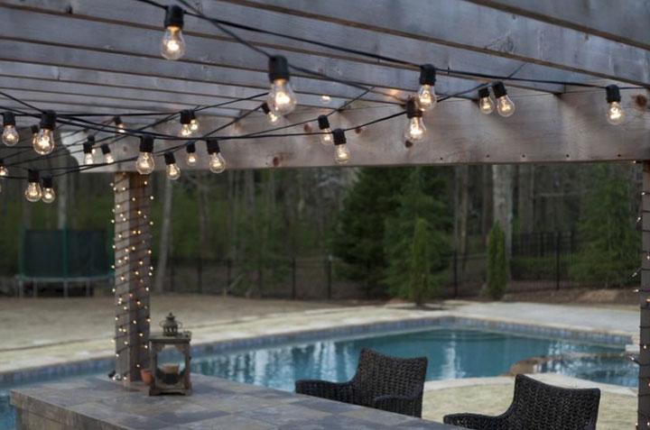Tiras de luces para decorar una pérgola de madera