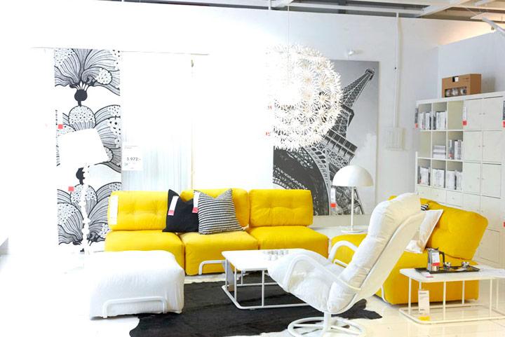 Cojines negros y grises para decorar sofás amarillos