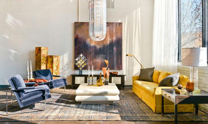 Combinar un sofá amarillo con colores metálicos y oro
