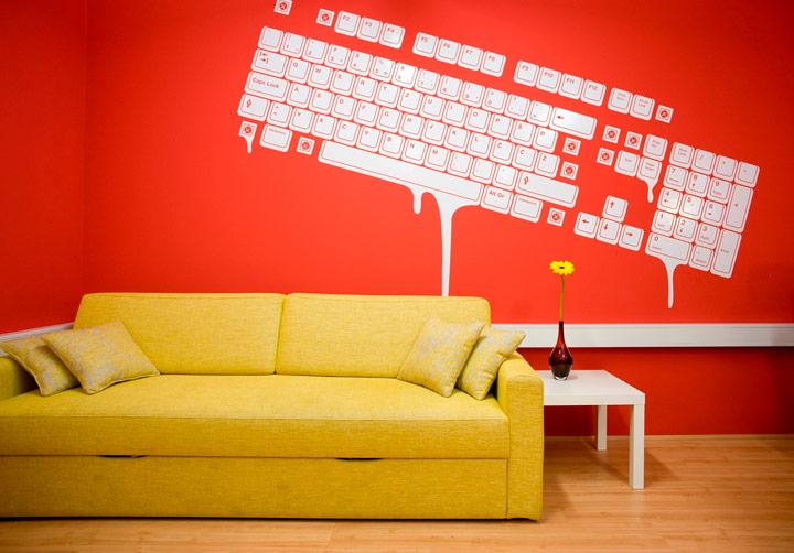 Combinar sofá amarillo con paredes color rojo