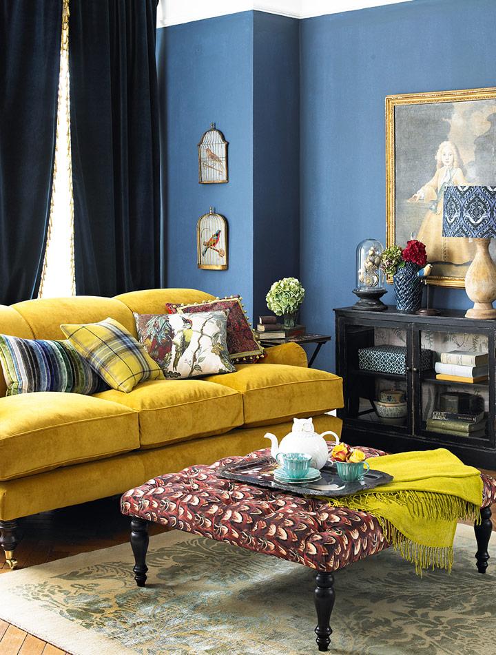Cómo combinar un sofá amarillo con zules aristocráticos