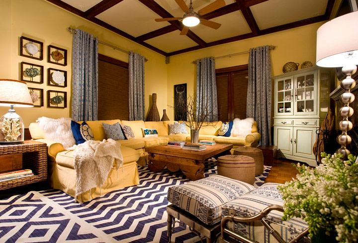 Cómo combinar sofás amarillos con muebles de madera rústicos