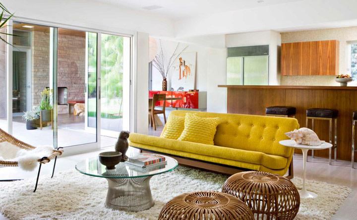 Decorar sofá amarillo con cojines