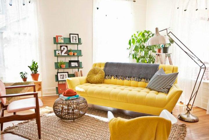 Decorar sofás amarillos con plantas y verdes
