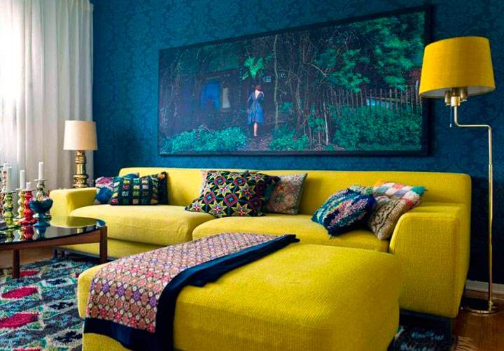 Sofá amarillo con cojines desigual coloridos