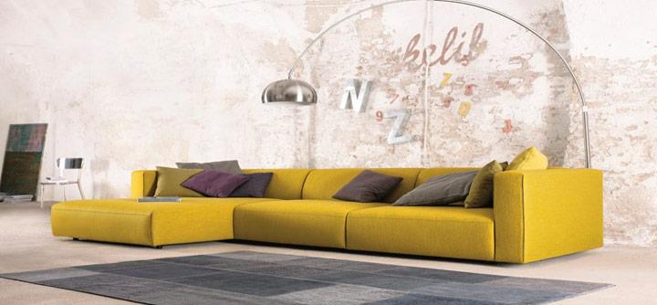 Combinar sofá amarillo con paredes estilo industrial