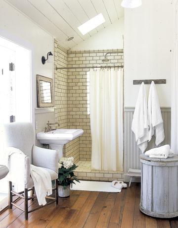 Baños rústicos pequeños con suelo porcelánico simulando madera