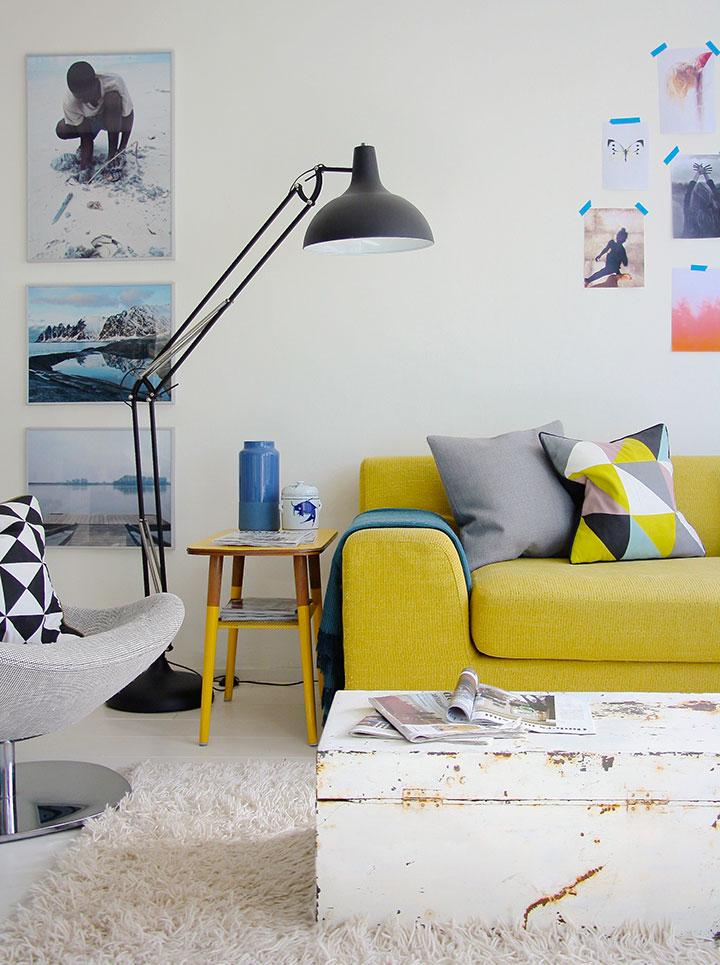 Decoración con sofás amarillos en el salón